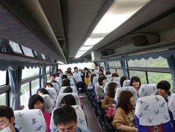 移動のバス内で歓談